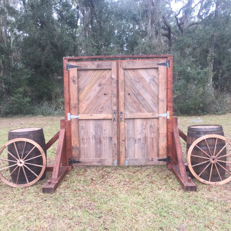 Barndoorarchway_barrels_wagonwheels